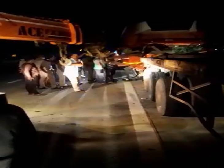 ग्रेटर नोएडा में पेरिफेरल एक्सप्रेस वे पर सड़क किनारे खड़े ट्रक में पीछे से जा भिड़ा कैंटर, चालक की मौत। - Dainik Bhaskar