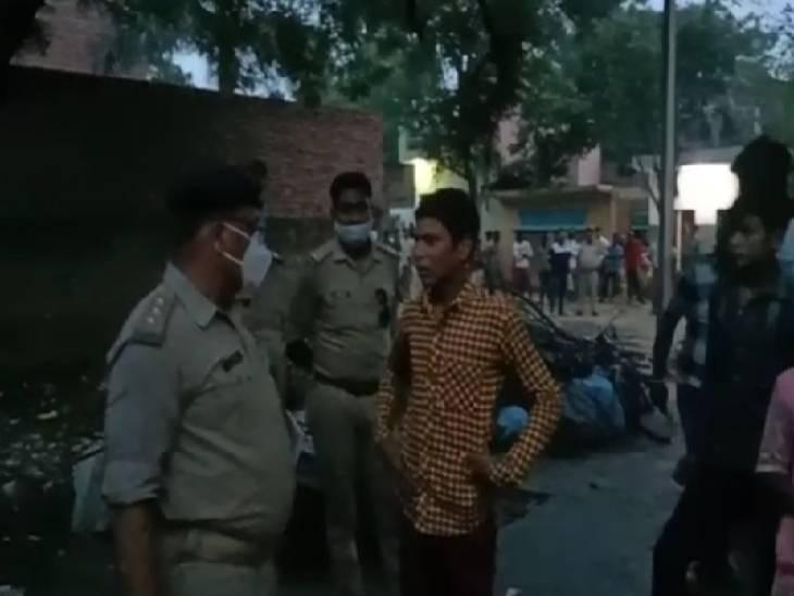 चचेरे भाई ने कुल्हाड़ी से मारकर अधेड़ व्यक्ति की हत्या कर दी जिसके बाद पुलिस ने घटनास्थल का मुआयना किया।