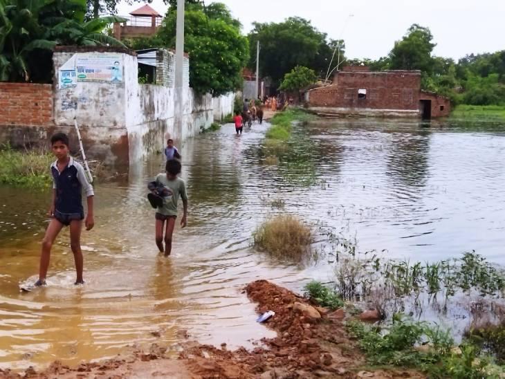 मिर्जापुर में तालाब के छोड़े गए पानी से टूटकर बह गई नहर किनारे बनी रेलिंग, गांवो में घुसा पानी। - Dainik Bhaskar