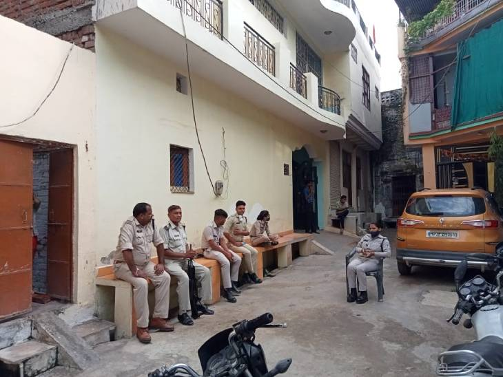 घर के बाहर तैनात पुलिस बल।
