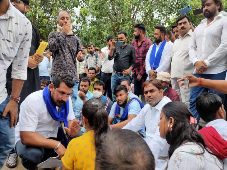 69000 शिक्षक भर्ती में ओबीसी और एसी कोटे में गड़बड़ी का आरोप, लखनऊ के ईको गॉर्डन पर जारी अभ्यर्थियों का धरना। - Dainik Bhaskar