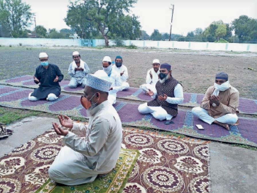 ईदगाह पर नमाज अदा करते समाज के लोग। - Dainik Bhaskar
