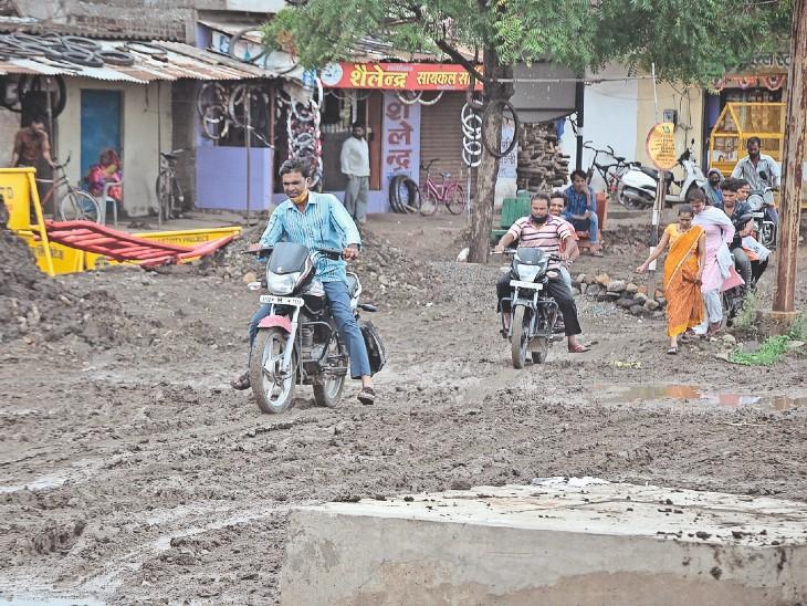 ढांचाभवन क्षेत्र में पाइप लाइन डालने का काम चल रहा है। ठेकेदार ने लोगों को निकलने के लिए डायवर्सन रोड भी नहीं बनाया। - Dainik Bhaskar