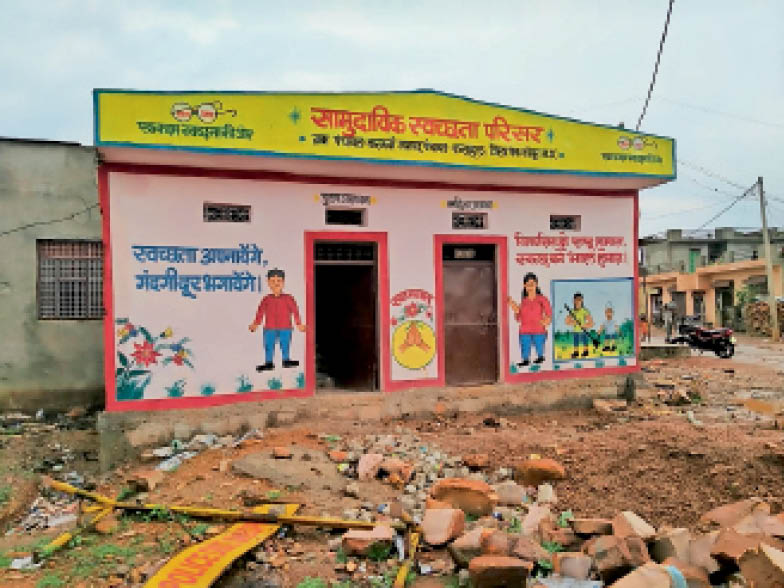 सामुदायिक स्वच्छता परिसर का बाहर से कर दिया रंगरोशन - Dainik Bhaskar
