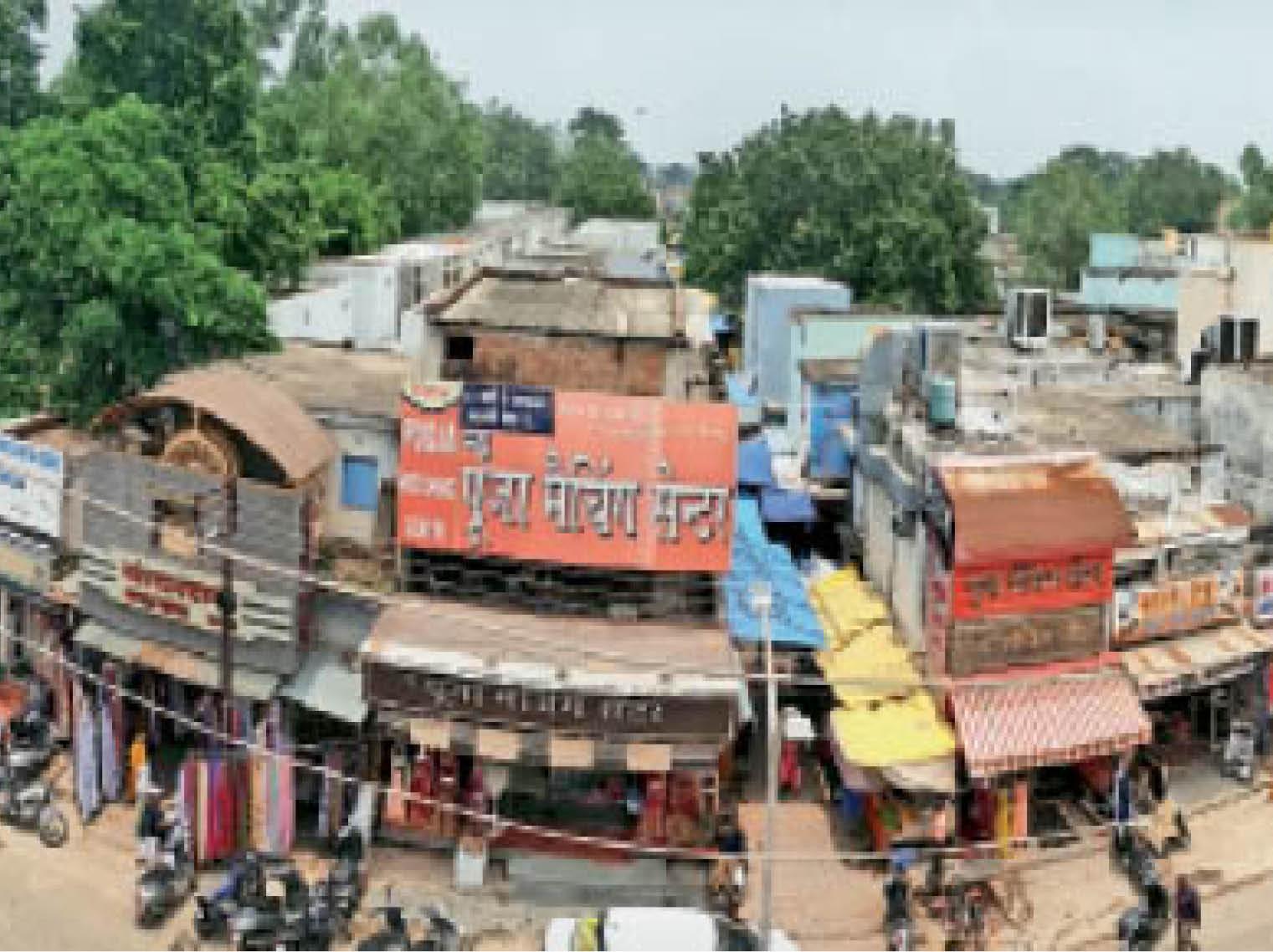 शनिचरी स्थित भक्त कंवरराम मार्केट, जहां पर अवैध निर्माण कर दुकानों को दो मंजिला बना लिया गया है। - Dainik Bhaskar