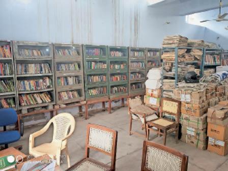 लाइब्रेरी में रखी किताओं की अलमारी। - Dainik Bhaskar