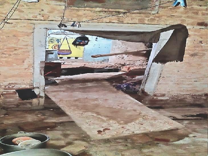 रात 12:45 बजे मकान की छत गिरी, परिवार के 6 सदस्य घायल, पड़ोसियों ने 20 मिनट में पत्थर हटा अस्पताल पहुंचाया, दो रेफर हिसार,Hisar - Dainik Bhaskar