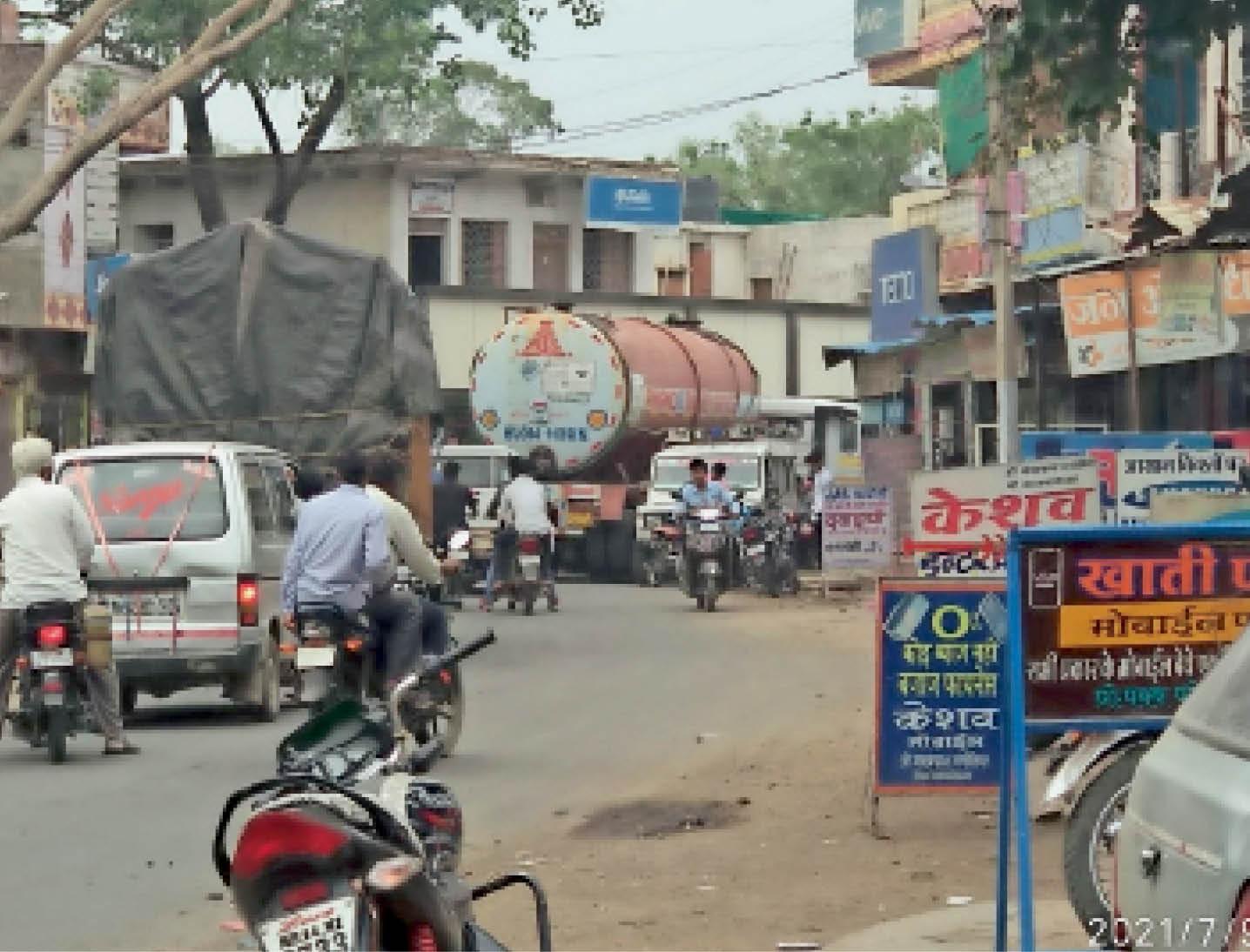 मुख्य मार्गों पर इस तरह भारी वाहनों के चलते बनती है जाम की समस्या। - Dainik Bhaskar