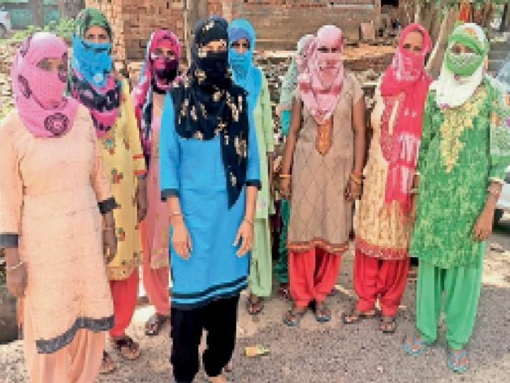 कनीना में ठगी का शिकार होने के बाद पुलिस में शिकायत देने जाती महिलाएं। - Dainik Bhaskar