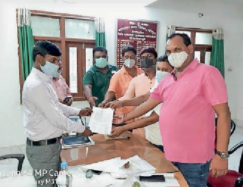कार्यपालक पदाधिकारी को आवेदन देते पार्षद। - Dainik Bhaskar