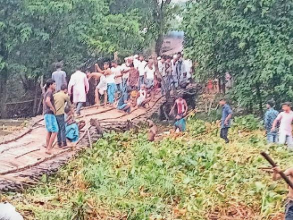 कटरा के डुमरी में ध्वस्त हुआ चचरी पुल। - Dainik Bhaskar