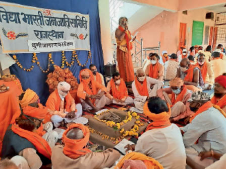कोठारा में हुए धार्मिक कार्यक्रम में मौजूद संत, मेट, कोटवाल। - Dainik Bhaskar