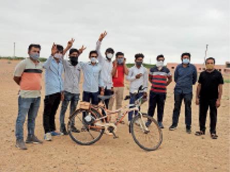 बाड़मेर. ई-साइकिल के साथ विद्यार्थी। - Dainik Bhaskar