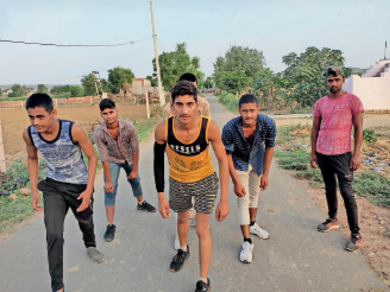 रनिंग ट्रैक नहीं होने से जान जोखिम में डाल सड़कों पर ही दौड़ रहे हैं युवा|बयाना,bayana - Dainik Bhaskar