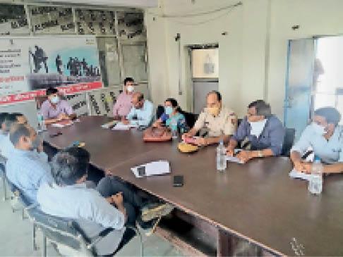 सैंपऊ. ब्लॉक स्तरीय बैठक लेते हुए एसडीएम रामकिशोर मीणा। - Dainik Bhaskar