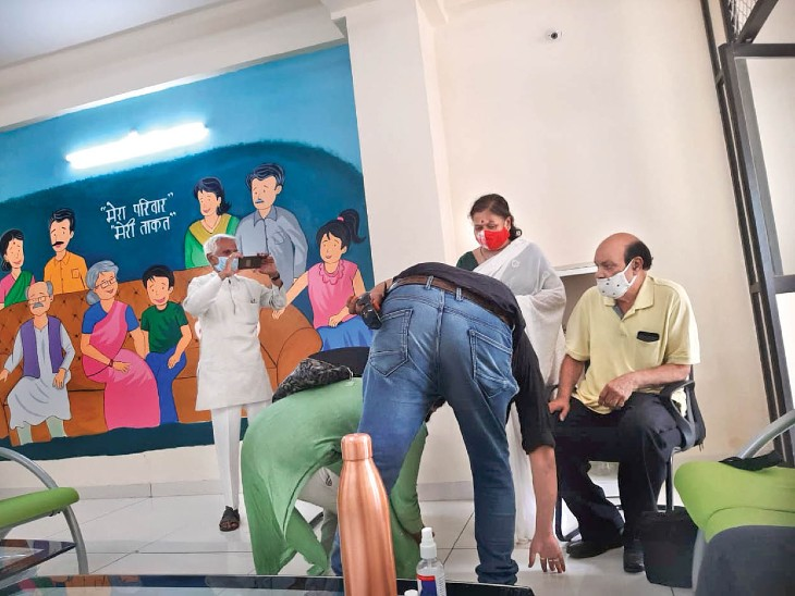 पहले पैर छुए, फिर पिता को घर ले गए बहू-बेटे - Dainik Bhaskar