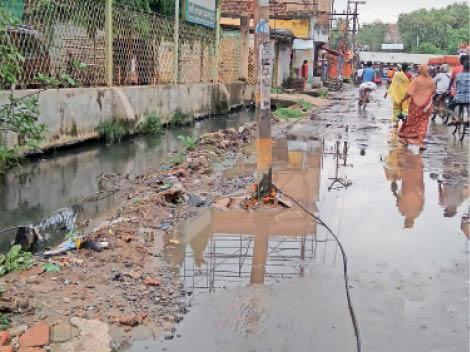 यह इशाकचक की बाैंसी पुल के पास की तस्वीर है। निगम ने इस नाले की भी उड़ाही की है, लेकिन इसका पानी ओवरफ्लाे हाेकर सड़क पर बहता रहता है। - Dainik Bhaskar