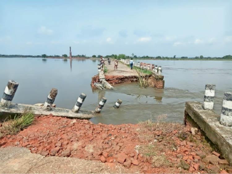 केवटी प्रखंड के पोखर-बरही-कोयलास्थान रोड के लैला चौर में बना पुल ध्वस्त। - Dainik Bhaskar