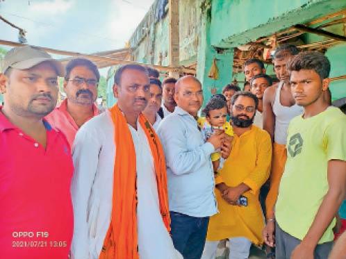 सर्प दंश से मृत मुकेश सहनी के परिजनों से मिलते पप्पू सिंह व अन्य। - Dainik Bhaskar