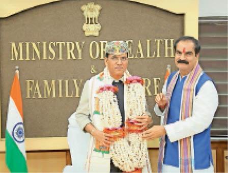 केंद्रीय स्वास्थ्य मंत्री से मिलते सांसद गोपालजी ठाकुर। - Dainik Bhaskar