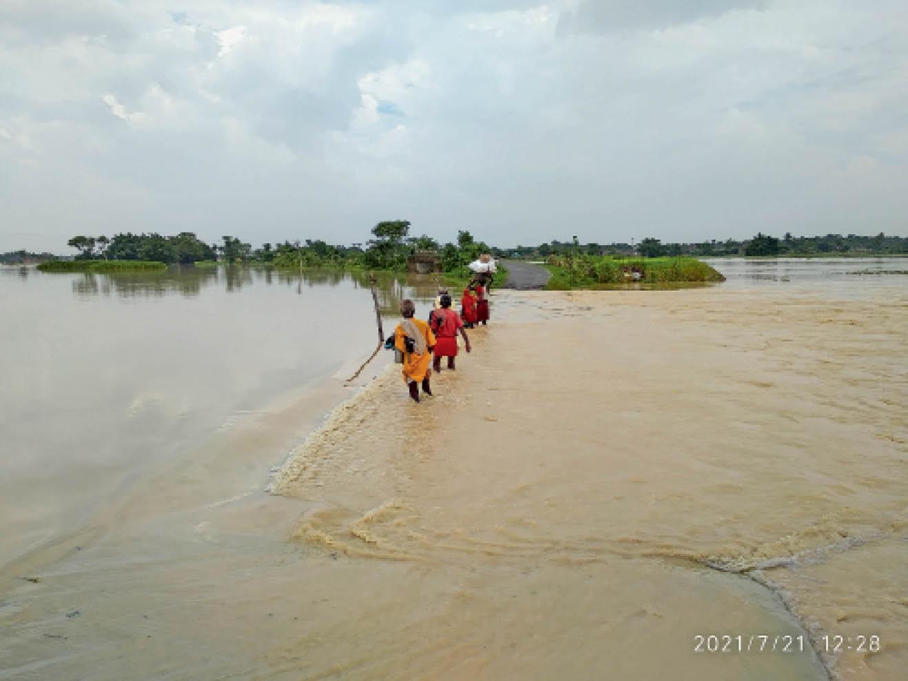 कबछुआ गांव के निकट लचका पुल पर बह रहा बाढ़ का पानी। पुल के जलमग्न होने के बाद लोग जान को जोखिम में डालकर जा रहे हैं, क्योंकि प्रशासन ने नाव की व्यवस्था नहीं की है। - Dainik Bhaskar