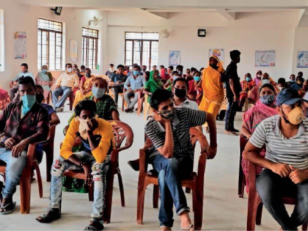 वाटसन स्कूल स्थित टीकाकरण केंद्र पर पहुंचे लोग। - Dainik Bhaskar