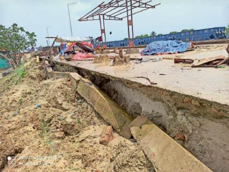 घोघरडीहा रेलवे स्टेशन पर नवनिर्मित प्लेटफॉर्म का टूटा हुआ बीम। - Dainik Bhaskar