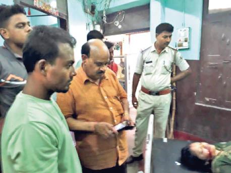कोटवा में घटना के बाद नर्सिंग होम में जांच करते पुलिस पदाधिकारी। - Dainik Bhaskar