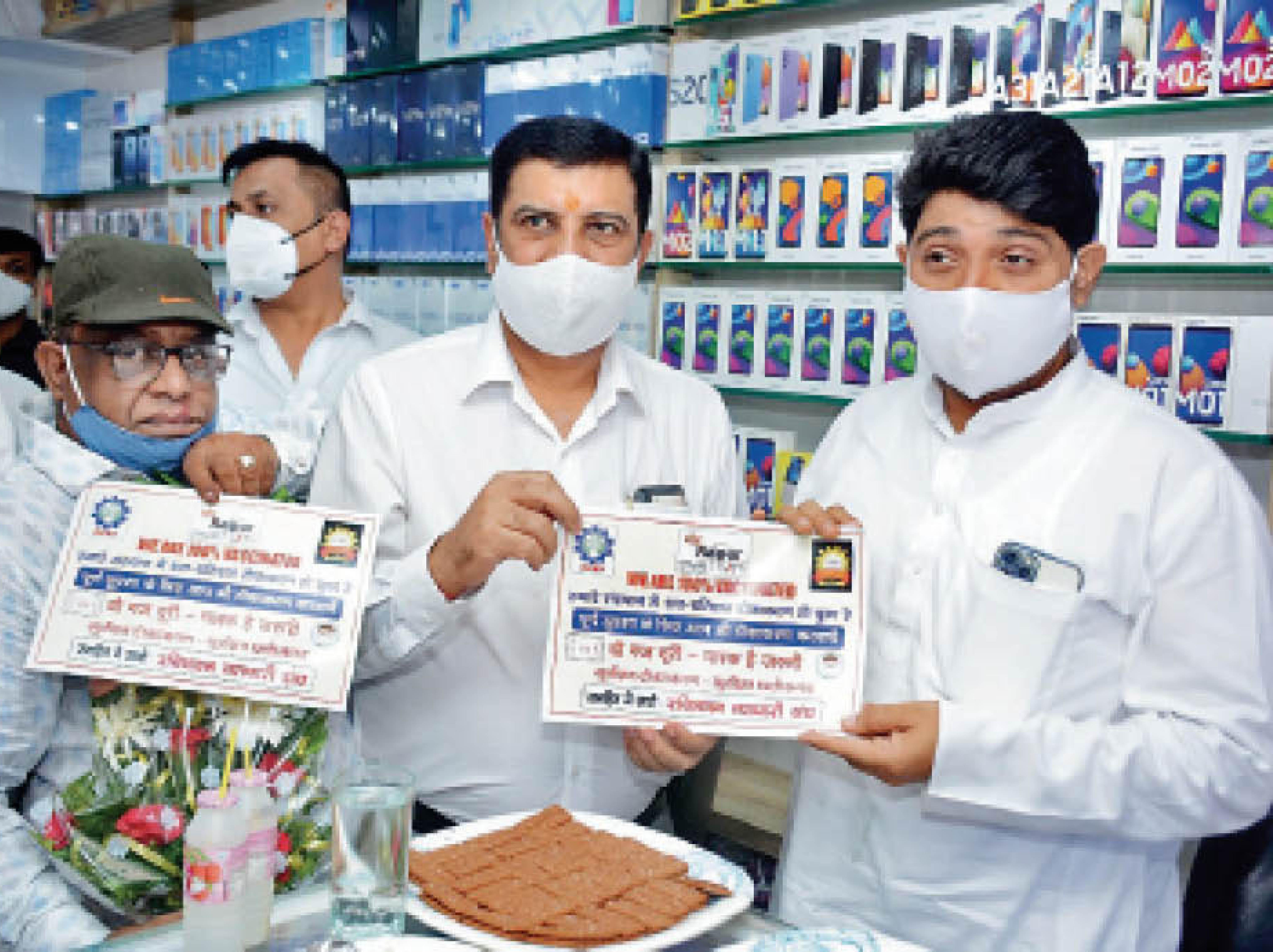 महापौर भी पहुंचे, बांटे प्रमाण पत्र - Dainik Bhaskar