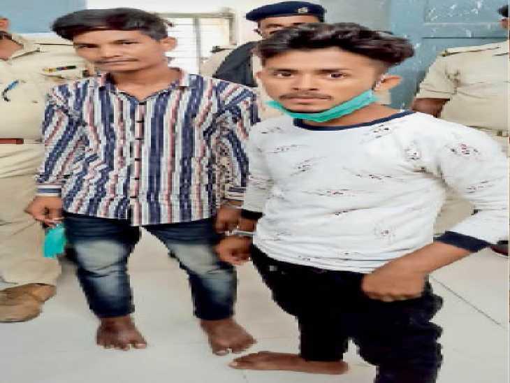 बादशाह व नाहिद को मेडिकल जांच के लिए ले जाती पुलिस। - Dainik Bhaskar