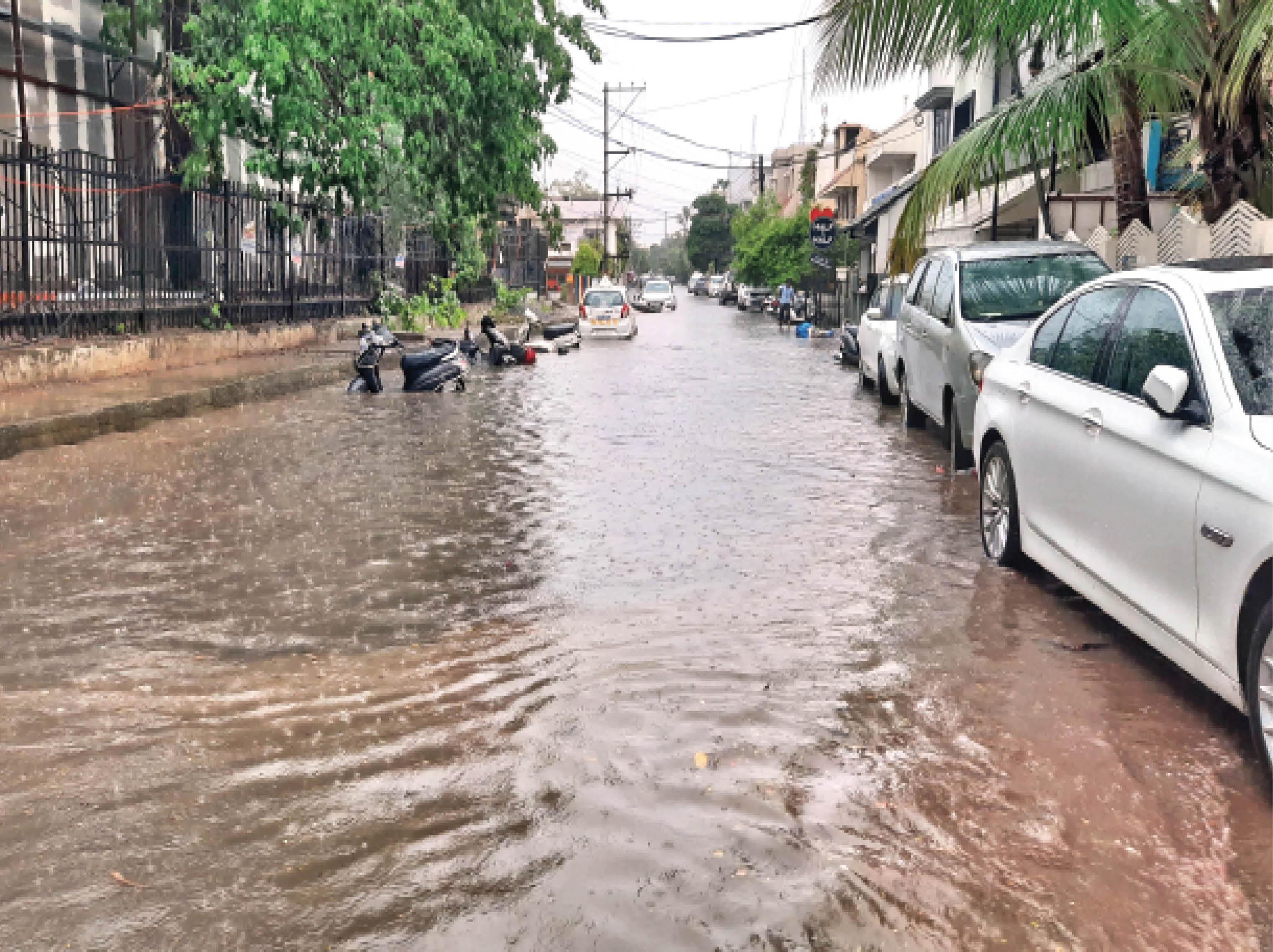 ये सड़क जलविहार कॉलोनी की है। पिछले दो हफ्तों से बारिश न होने के कारण तेज गर्मी और उमस थी। मंगलवार की बारिश से काफी राहत मिली है। तापमान में गिरावट आई। - Dainik Bhaskar