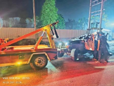 समालखा. हादसे के बाद गाड़ी को सड़क से उठाते हुए। - Dainik Bhaskar