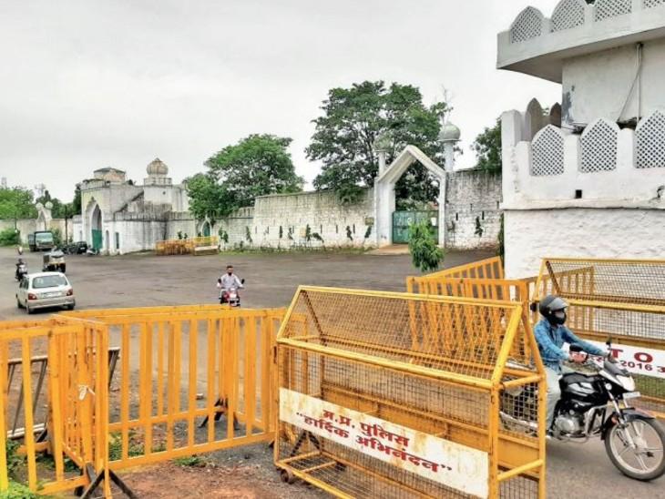 ईदगाह में नमाज के लिए भीड़ न लगे, इसलिए पहले ही बैरिकेडिंग कर दी है। - Dainik Bhaskar