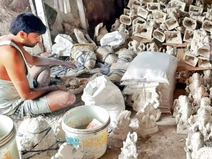 शहर में प्लास्टर ऑफ पेरिस (पीओपी) की गणेश प्रतिमा बनाने का कारोबार 5 साल में 75 फीसदी घट गया है। - Dainik Bhaskar