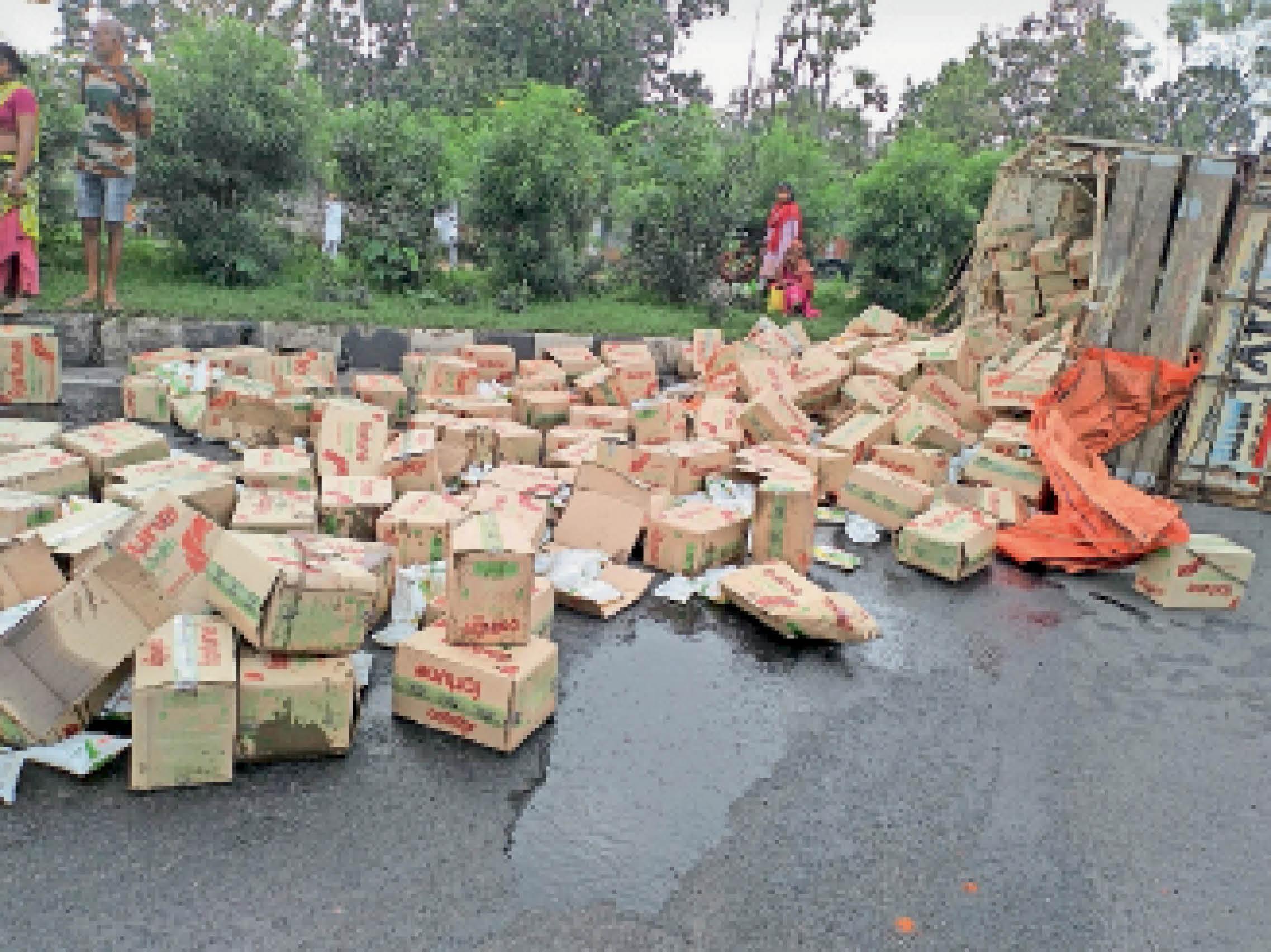 रिफाइन लदा 407 ट्रक पलटा, सड़क पर बिखरा तेल। - Dainik Bhaskar