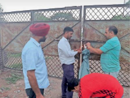 सिटी में गेट पर सील लगाते नगर निगम के कर्मचारी। - Dainik Bhaskar