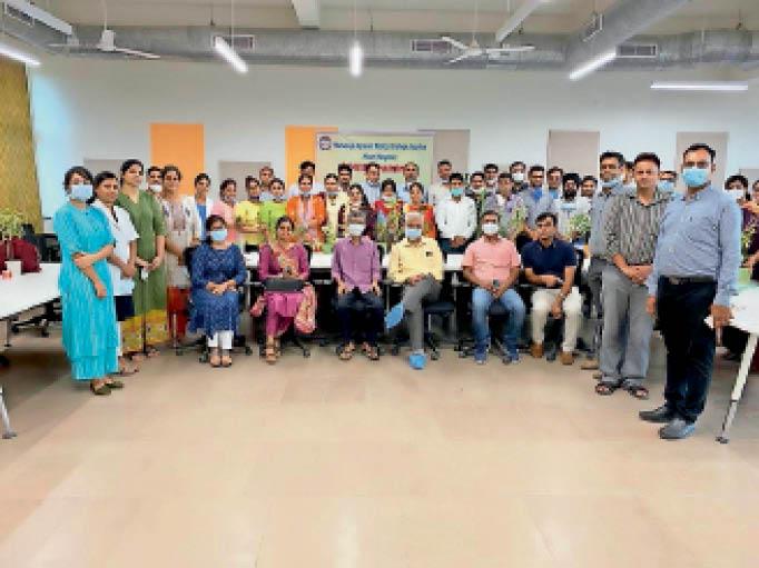 अग्रोहा मेडिकल कॉलेज में प्रशिक्षण लेने पहुंचे चिकित्सकों और स्टाफ को पौधे देकर सम्मानित किया गया। इस मौके पर नर्सिंग कॉलेज की प्रिंसिपल प्रमिला पांडे, डॉ. पवन अग्रवाल, डॉ. विक्रम, डॉ. मयंक, पीआरओ हिना अरोड़ा, गोपेश शर्मा, डॉ. राजीव चौहान, डॉ. राकेश सहारण, डॉ. सुमन राणा सहित अनेक चिकित्सक मौजूद थे। - Dainik Bhaskar