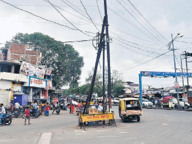 दमोहनाका चाैराहे पर लगभग बीचों-बीच लगे विद्युत पोल। - Dainik Bhaskar