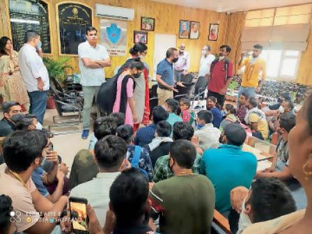 तीन माह की बकाया हाॅस्टल फीस नहीं लौटाने पर भड़के छात्र प्राचार्या कक्ष में घुसे, 3 घंटे चला हंगामा रोहतक,Rohtak - Dainik Bhaskar