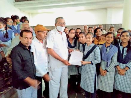 कलानौर में तहसीलदार को ज्ञापन सौंपतीं छात्राएं। - Dainik Bhaskar