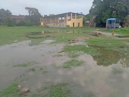 एसएनपीएम खेल मैदान पर लगा पानी। - Dainik Bhaskar