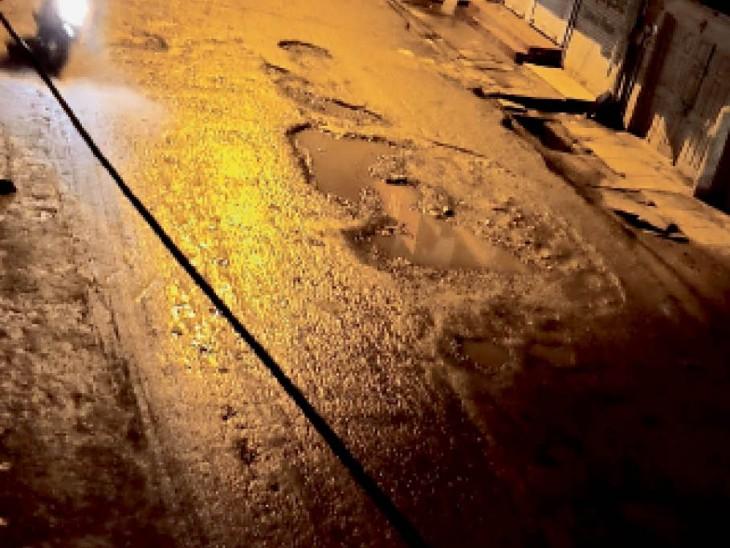 शहर का ठाकुर बाबा रोड जहां बारिश की वजह से गड्ढों में भरी मुरम बहने से अब गड्ढे निकल आए हैं। - Dainik Bhaskar