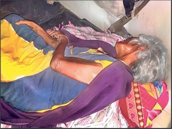 बेटों की जिंदगी संवारने को पति की नौकरी-पैसे दे दिए, जब बीमार पड़ी मां तो अस्पताल ले जाने के लिए कार की डिक्की में डाल दिया|धनबाद,Dhanbad - Dainik Bhaskar