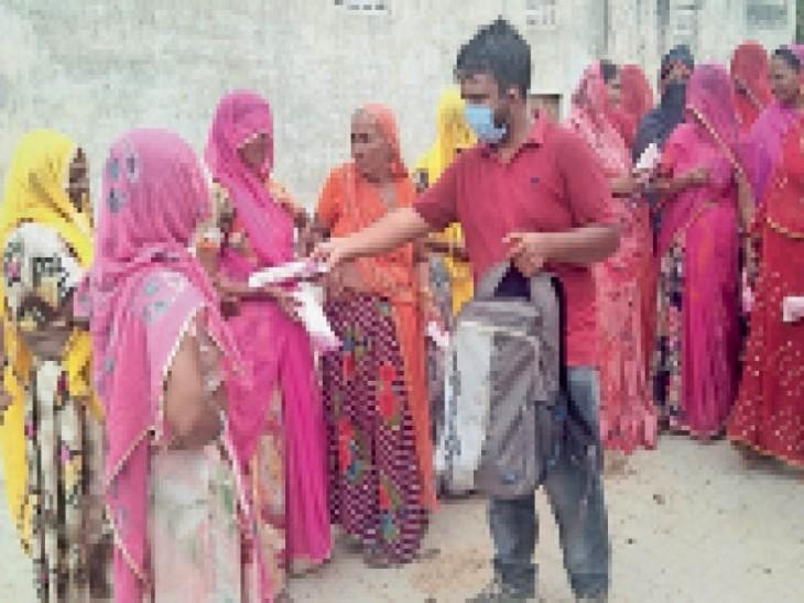 गांवों में महिलाओं को सेनेटरी नैपकिन बांटते हुए महेंद्र। - Dainik Bhaskar