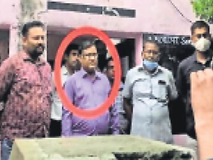 एसीबी की टीम की गिरफ्त में आरोपी कानूनगो सुरेश सुमन। - Dainik Bhaskar