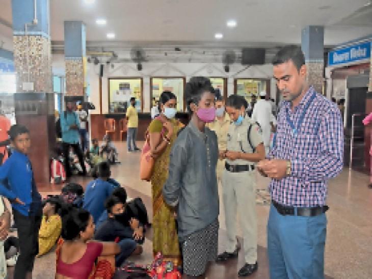 नबाद स्टेशन पहुंचे पूछताछ करते चाइल्ड लाइन के सदस्य। - Dainik Bhaskar