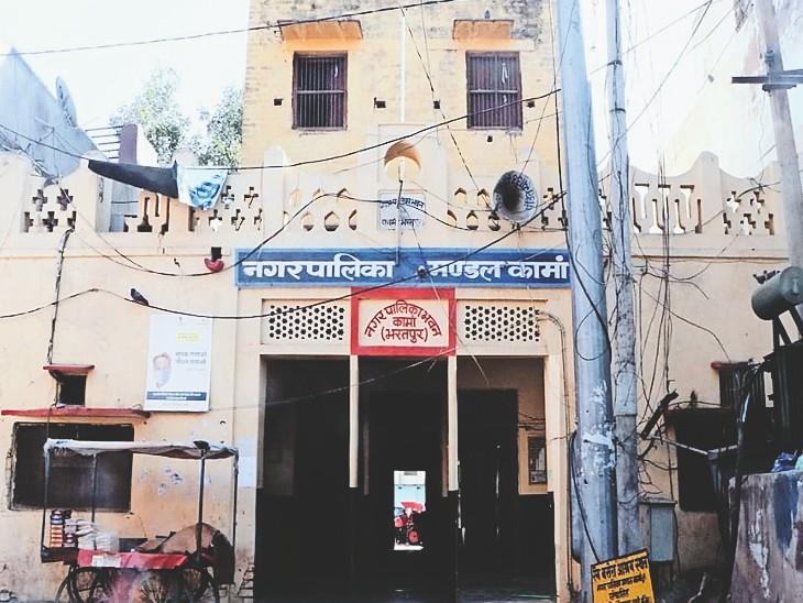 कामां नगर पालिका ने उस दौरान जो मास्क 19.80 रुपए में खरीदा था, दुबारा टेंडर करने पर उसी की रेट 8.90 रुपए ही आई है। - Dainik Bhaskar