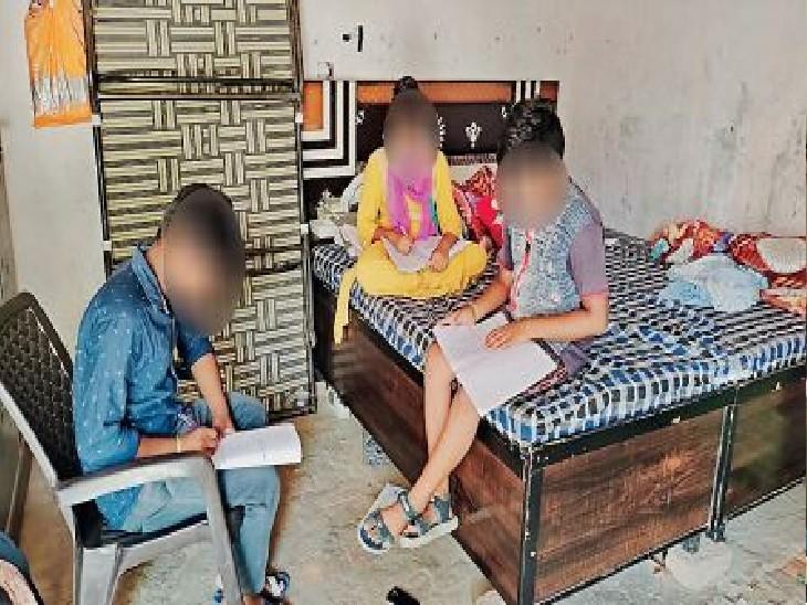 मासूम बच्चों के पालन-पोषण की जिम्मेदरी उम्र के 80 बरस पार कर चुके दादा-दादी, ताई और बुआ पर आन पड़ी है। - Dainik Bhaskar