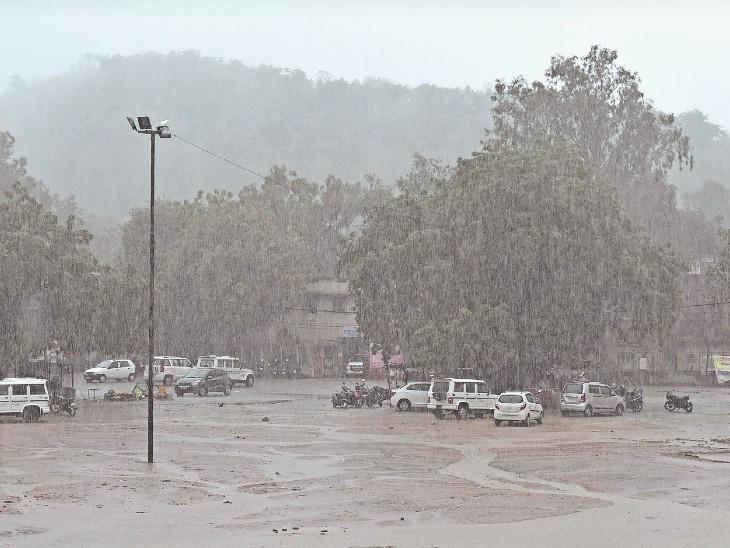 शहर में दोपहर के समय हुई तेज बारिश से सड़के तरबतर - Dainik Bhaskar