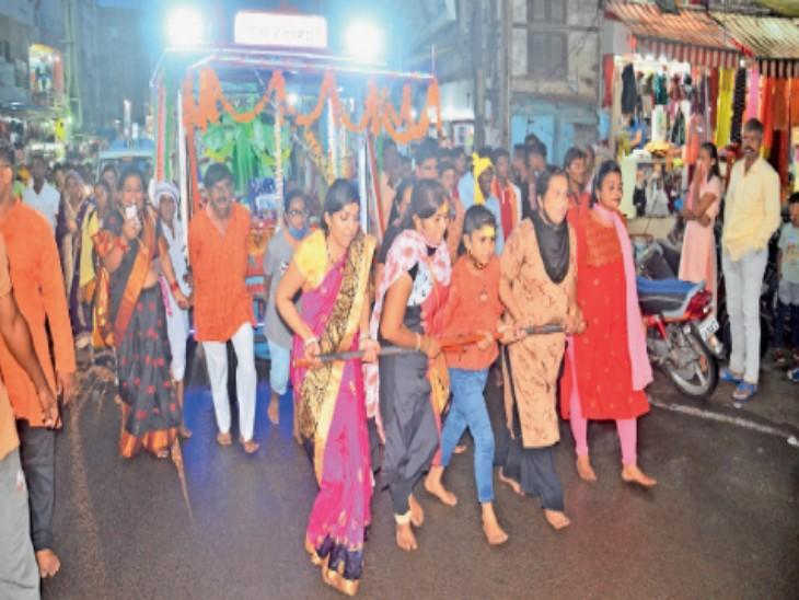 पांढुर्ना से 350 किलोमीटर पदयात्रा कर खंडवा पहुंचे श्रद्धालु इस तरह हाथों से रथ खींचते हुए दादाजी दरबार पहुंचे। - Dainik Bhaskar